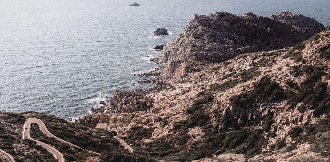 sardegna-scogliera-a-picco-sul-mare